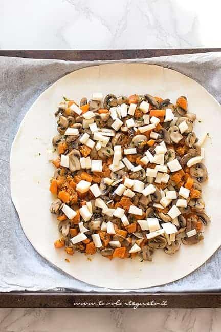 aggiungere il ripieno nella sfoglia - Ricetta Torta salata zucca e funghi