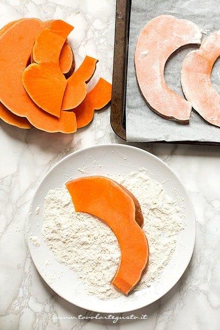 panare le fette di zucca- Ricetta Parmigiana di zucca