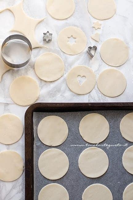 ricavare i dischi di pasta brisé - Ricetta Hand pies