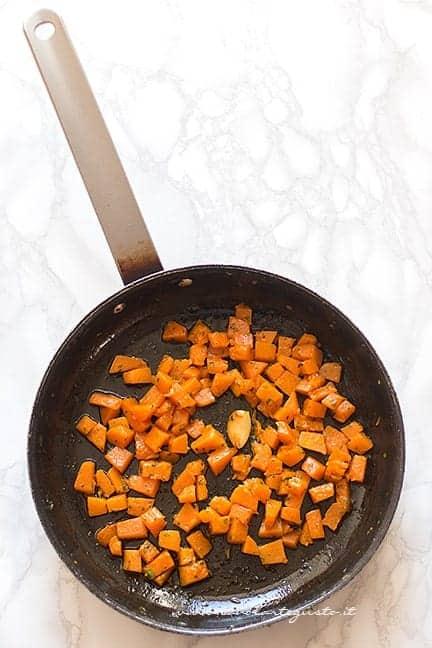 saltare la zucca in padella - Ricetta Torta salata zucca e funghi