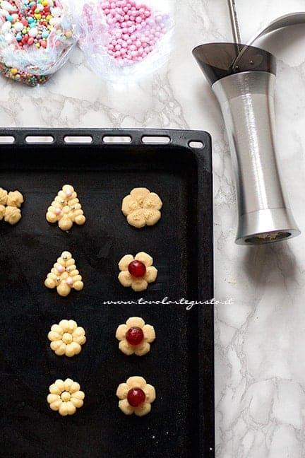 sparare i biscotti direttamente in teglia - Ricetta Biscotti con la spara biscotti