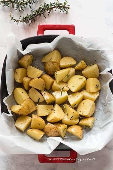 tagliare le patate, condirle e metterle in teglia - Ricetta Arrosto di pollo