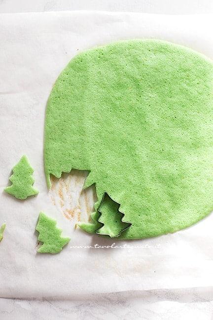 Ricavare gli alberi o le stelle da aggiungere nel plumcake di natale - Plumcake con sorpresa di Natale