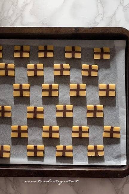 Riporre in frigo i biscottini appena affettati - Ricetta biscotti pacchetto regalo