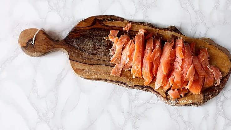 Tagliare il salmone affumicato a listarelle - Ricetta Farfalle al salmone