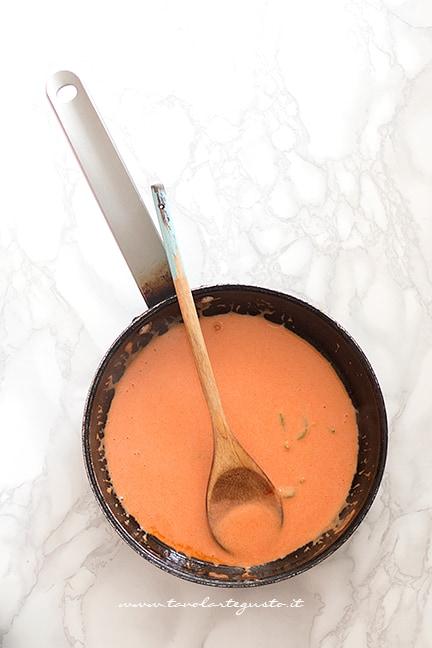 condimento di salsa e panna - Ricetta Torta di Tagliatelle salata