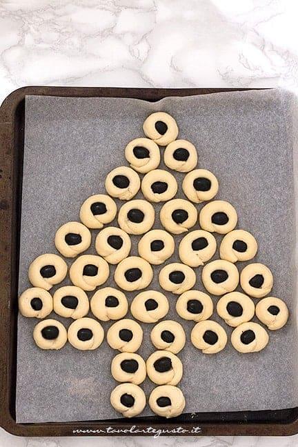 creare la forma ad albero di natale - Ricetta Albero di focaccia