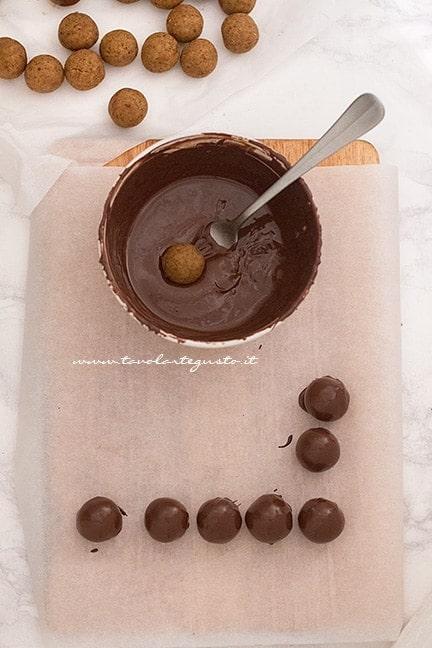 ricoprire i tartufi di cioccolato - Ricetta Tartufi di pandoro