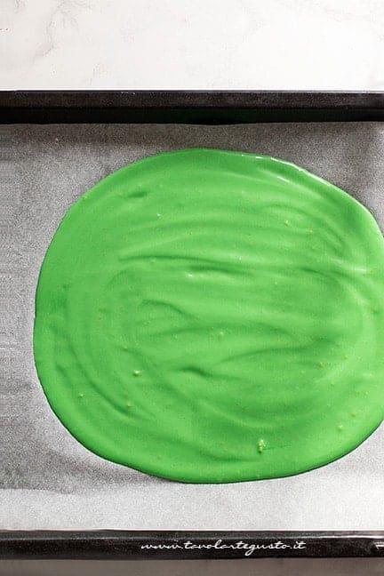 stendere l'impasto verde in teglia - Plumcake con sorpresa di Natale