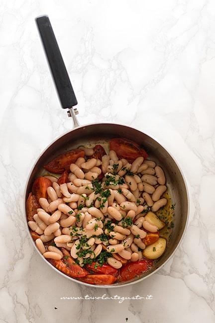 Aggiungere fagioli e prezzemolo - Ricetta Pasta e Fagioli