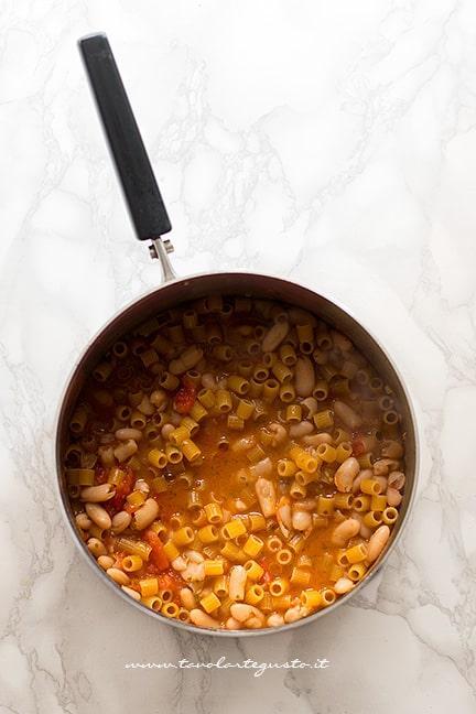 Aggiungere la pasta ai fagioli e lasciar cuocere - Ricetta Pasta e Fagioli