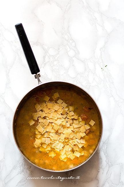 Aggiungere la pastina - Ricetta Minestra di zucca e ceci