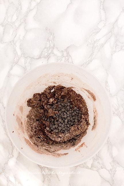 Aggiungere le gocce di cioccolato - Ricetta Castagnole al cioccolato