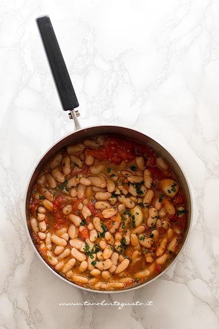 Lasciar stufare i fagioli in pentola - Ricetta Pasta e Fagioli