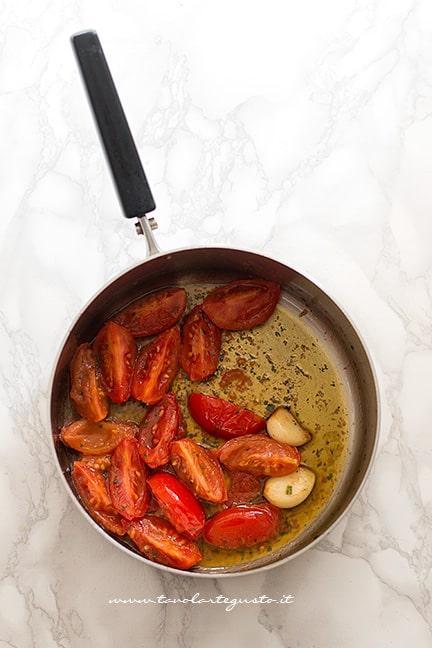 Soffriggere aglio, olio e pomodoro - Ricetta Pasta e Fagioli