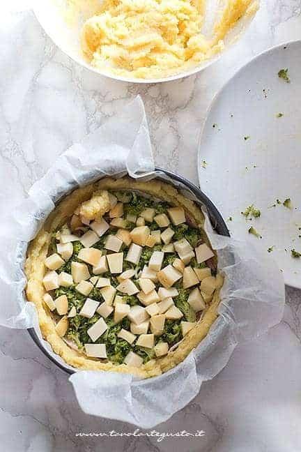 aggiungere mucchietti di patate sulla superficie - Ricetta Sbriciolata di patate