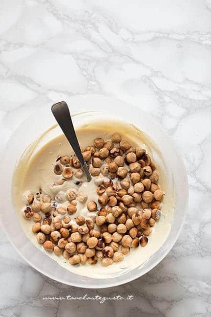 aggiungere nocciole, mandorle o pistacchi all'impasto - Ricetta Torrone al cioccolato bianco