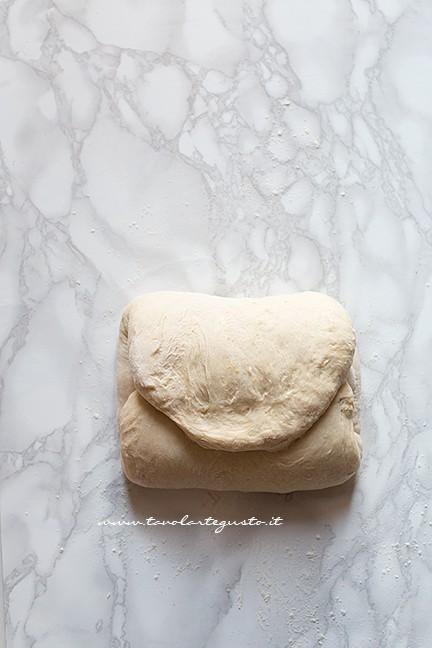 fare le pieghe (2) - Ricetta Brioches vegane  (senza uova,burro e latte)