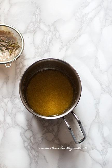 filtrare il sughetto di cottura - Ricetta Polpette di carne al forno