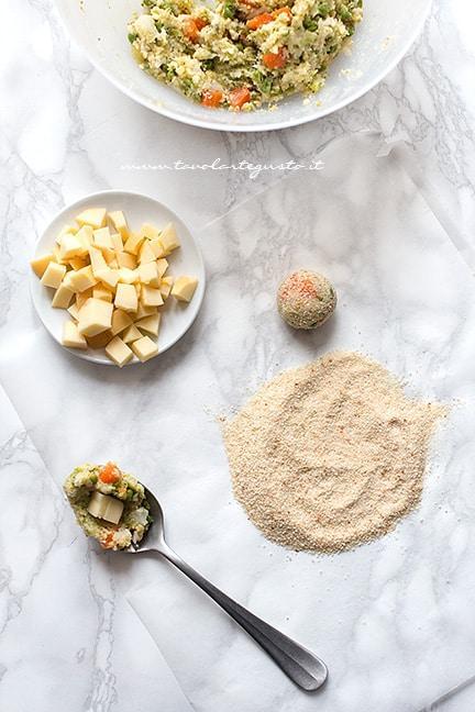 formare delle palline e rotolarle nel pan grattato - Ricetta Polpette di verdure