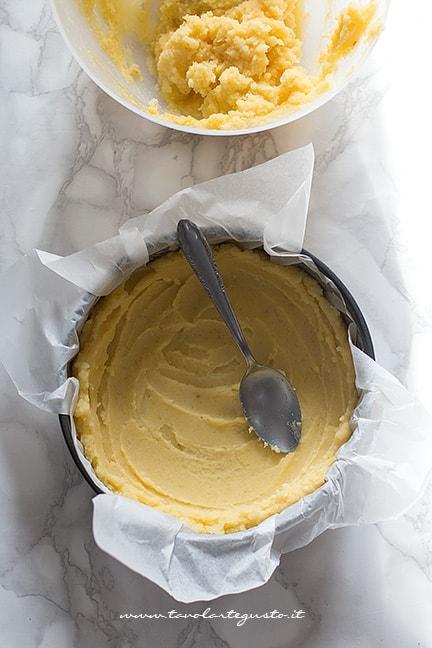 formare un guscio con l'impasto di patate - Ricetta Sbriciolata di patate
