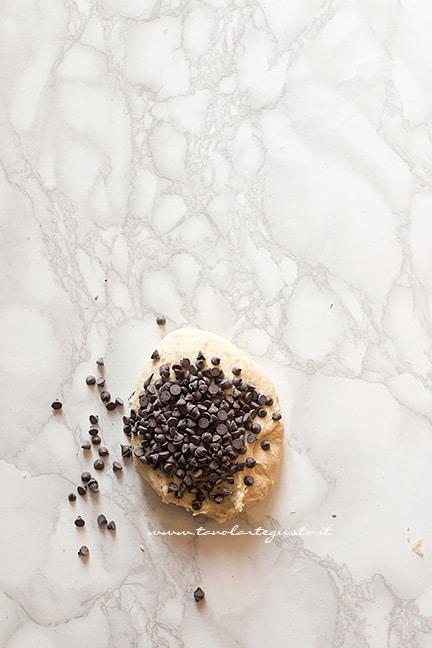 impasto con le gocce di cioccolato - Ricetta Brioches vegane (senza uova,burro e latte)