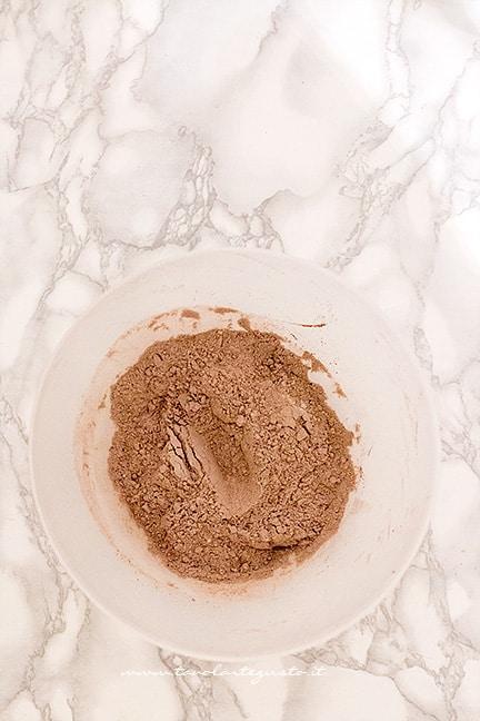 mescolare il cacao in polvere con farina e lievito - Ricetta Castagnole al cioccolato