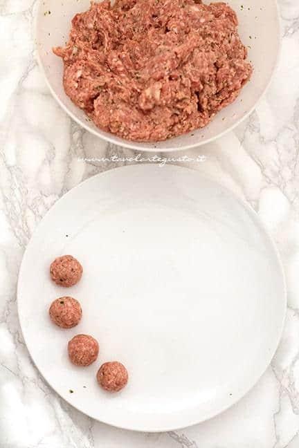 preparare l'impasto delle polpette - Ricetta Polpette di carne al forno