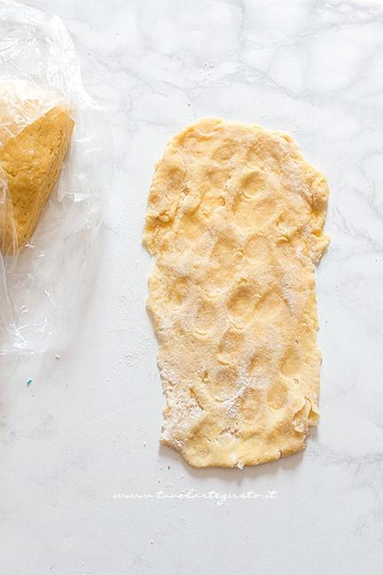 stendere l'impasto delle Chiacchiere al forno - Ricetta Chiacchiere al forno