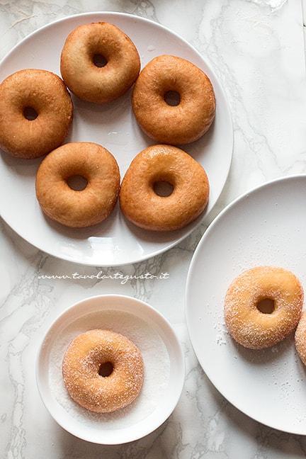 tuffare le ciambelle nello zucchero - Ricetta ciambelle vegan soffici senza uova, burro e latte