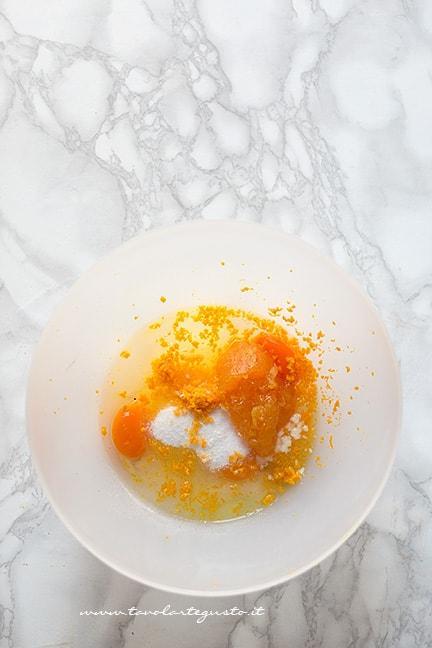 unire in ciotola uova, zucchero, buccia arancia,marmellata - Ricetta Torta rovesciata all'arancia