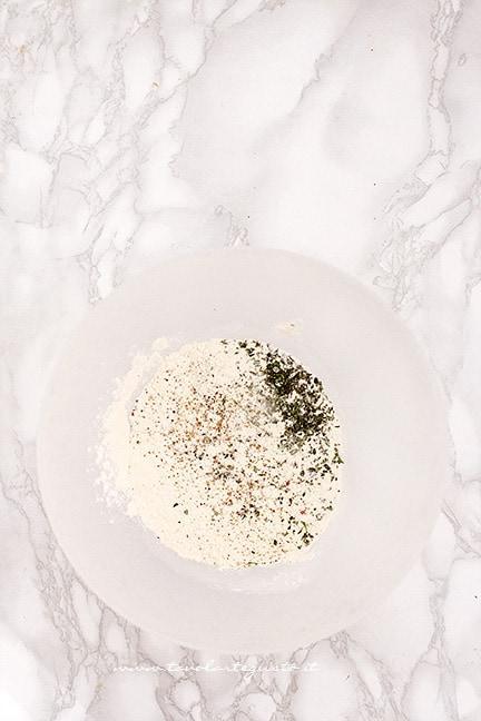 unire la farina con rosmarino - Ricetta chiacchiere salate