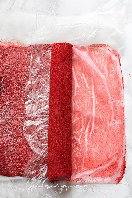 Arrotolare la pasta biscotto - Ricetta Rotolo red velvet
