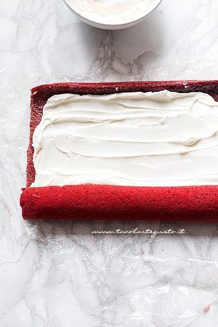 Arrotolare perfettamente il rotolo - Ricetta Rotolo red velvet