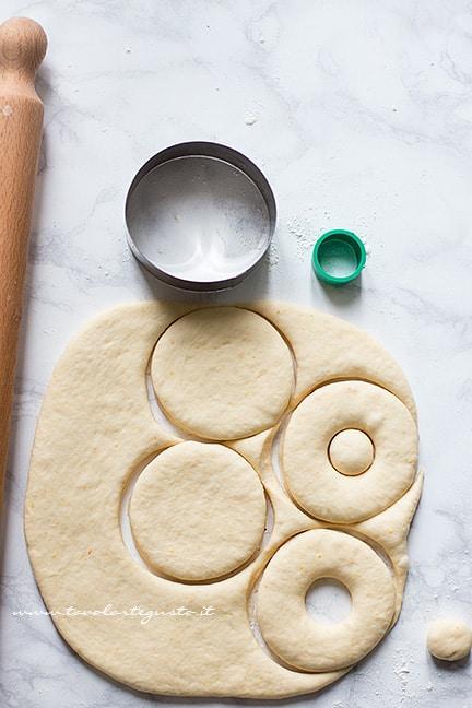 Come dare la forma alle ciambelle al forno - Ricetta Ciambelle al forno