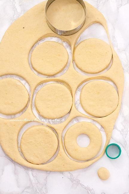 Come formare le ciambelle - Ricetta Graffe napoletane