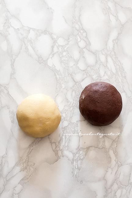 Formare 2 palle e mettere le frolle a riposare in frigo - Ricetta Biscotti Abbracci