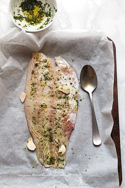 Insaporire il filetto di persico con le erbe aromatiche - Ricetta Persico al forno