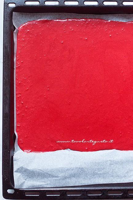 Versare l'impasto in teglia - Ricetta Rotolo red velvet