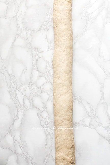formare un salsicciotto d'impasto - Ricetta Focaccia arrotolata