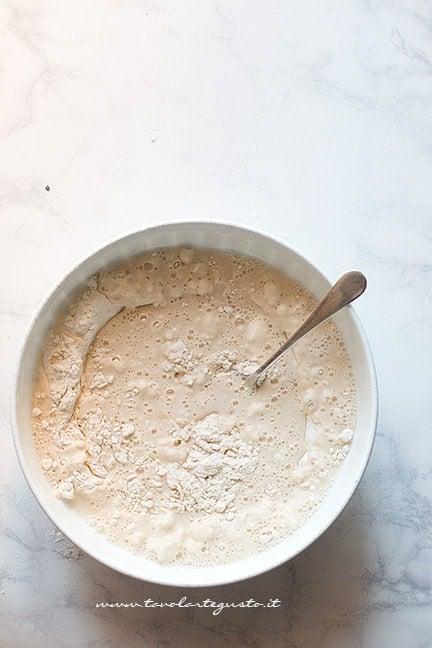 mescolare insieme farina, acqua, lievito e sale - Ricetta Focaccia