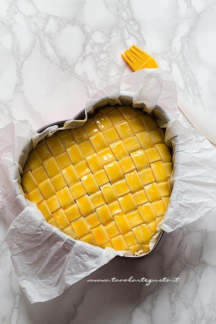 pennellare la crosta delle tagliatelle - Tagliatelle in crosta