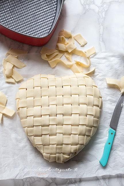 rifinire i bordi - Ricetta Tagliatelle in crosta