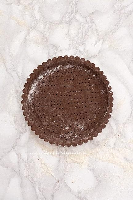 stendere la frolla al cacao nello stampo - Ricetta Crostata ricotta e nutella