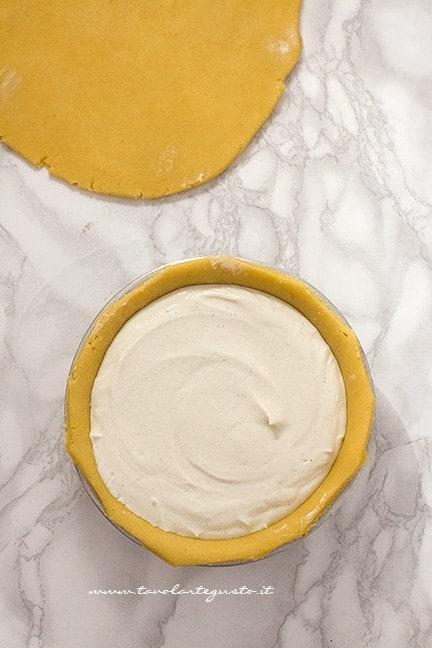 Aggiungere il ripieno nel guscio di pasta frolla - Ricetta Crostata di Ricotta