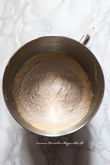 Aggiungere la farina integrale - Ricetta Pasta frolla integrale