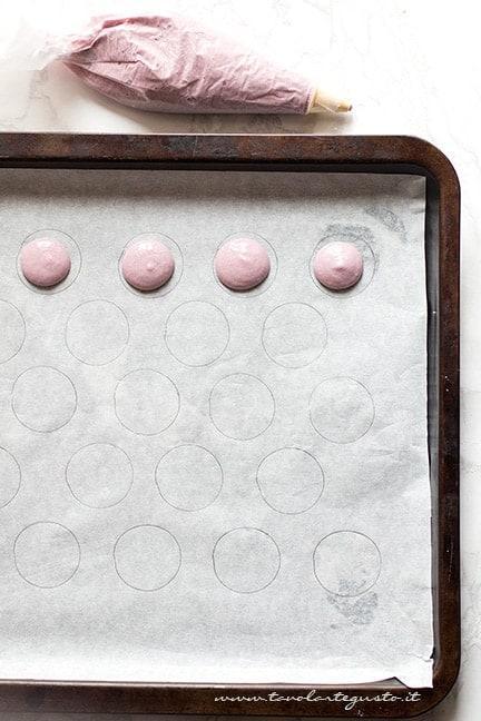 Come dare la forma ai macarons - Ricetta Macarons