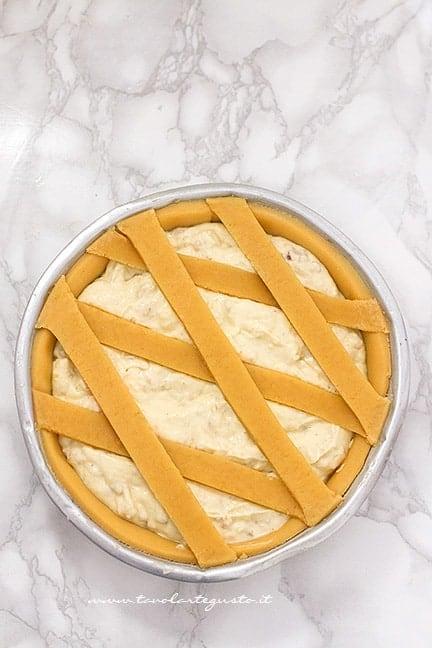 Decorare la pastiera salata con le classiche strisce - Ricetta Pastiera Salata