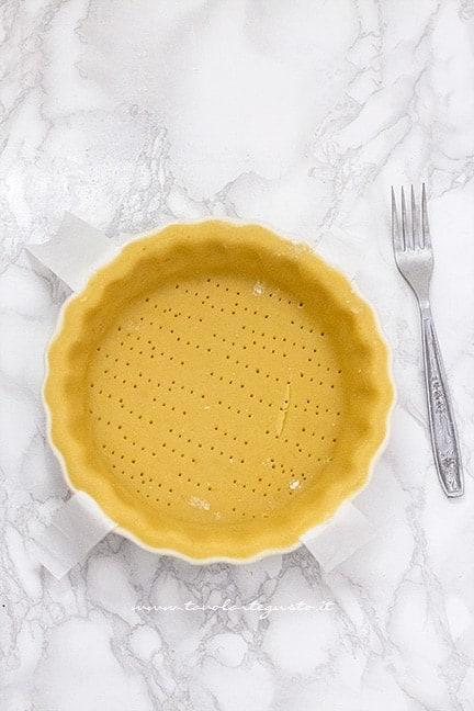 Foderare la tortiera con uno strato di pasta frolla - Ricetta Torta della nonna