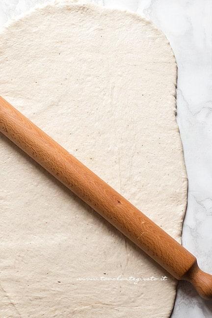 Stendere l'impasto del tortano - Ricetta Tortano napoletano